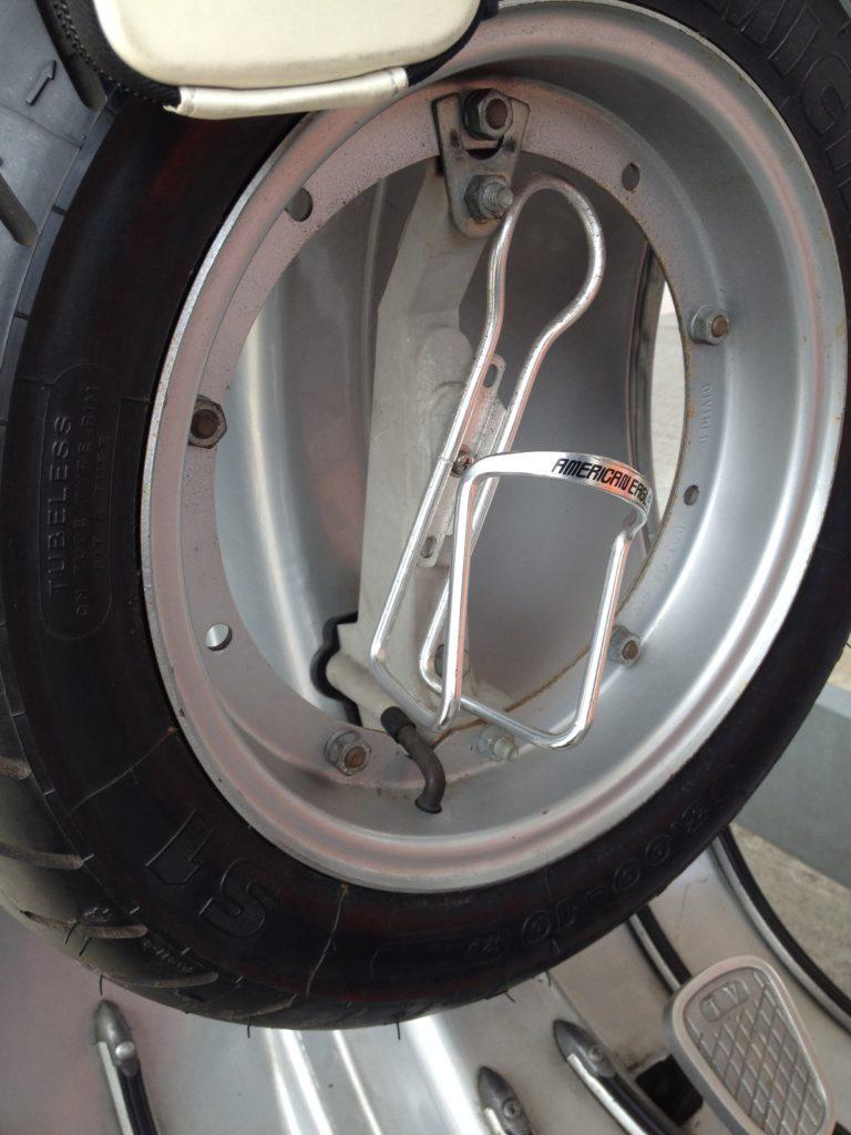 ベスパET3に取り付けた自転車用のボトルホルダー