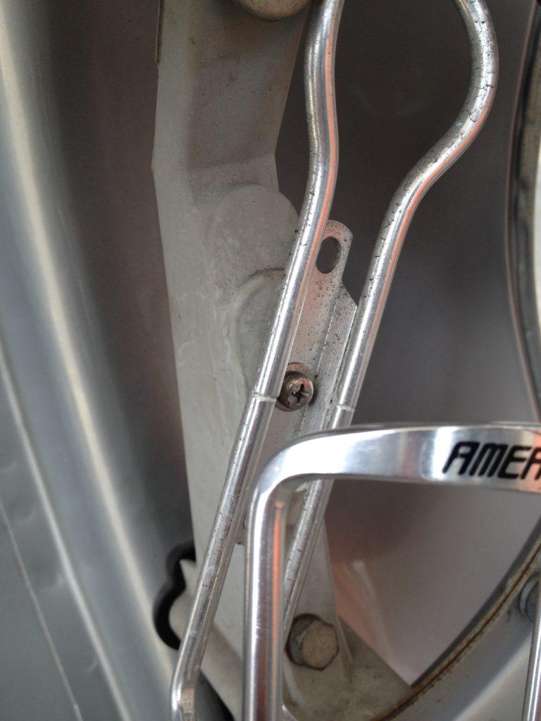 ベスパET3に自転車用のボトルホルダーを取り付けました