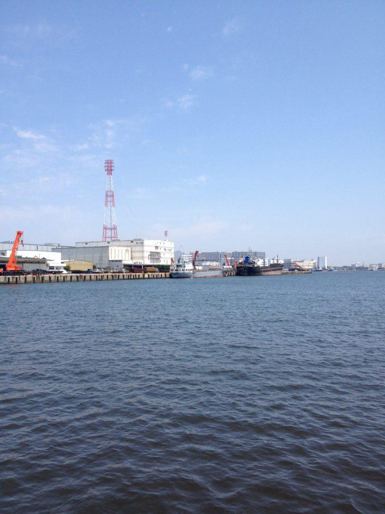 船橋三番瀬海浜公園近くの工業地帯に囲まれた海