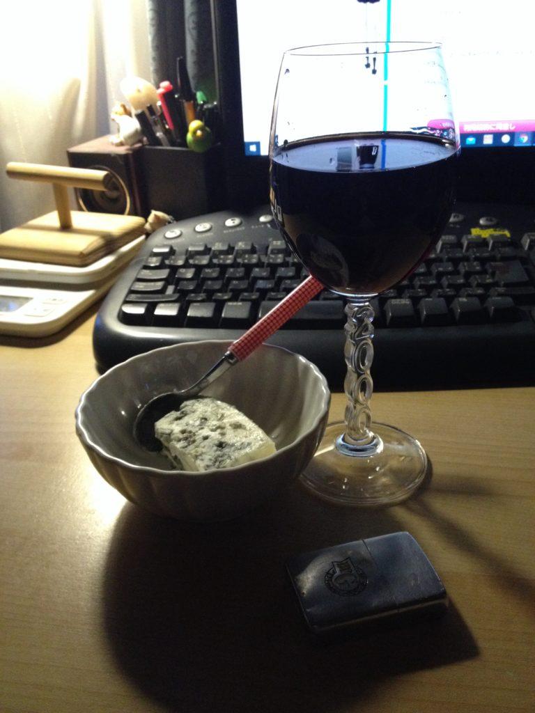 家で飲む赤ワインとブルーチーズ