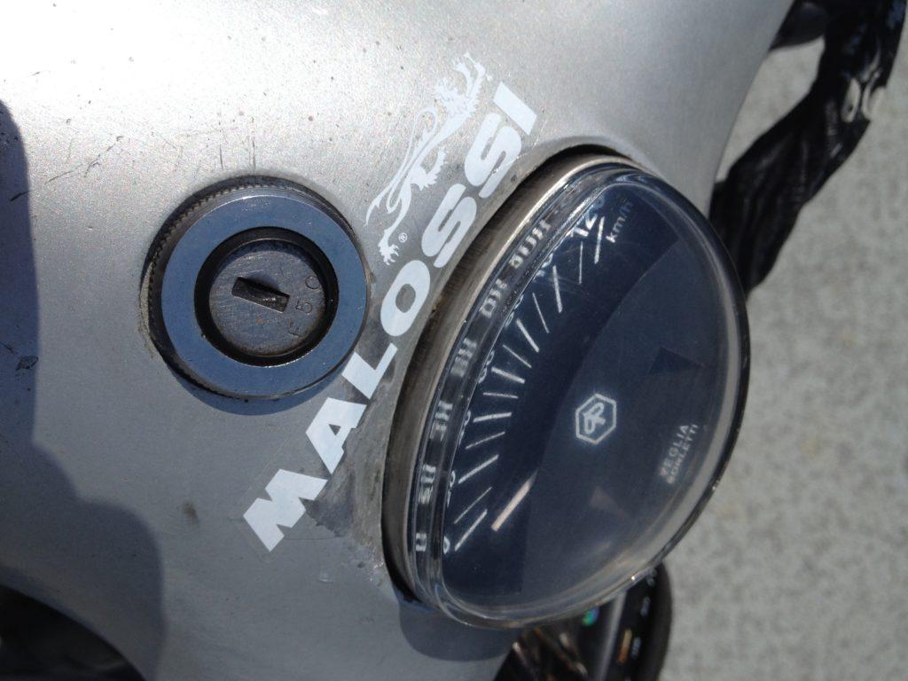 ベスパET3のキー差込口とメーターの間にシールなどを貼ると傷防止になる