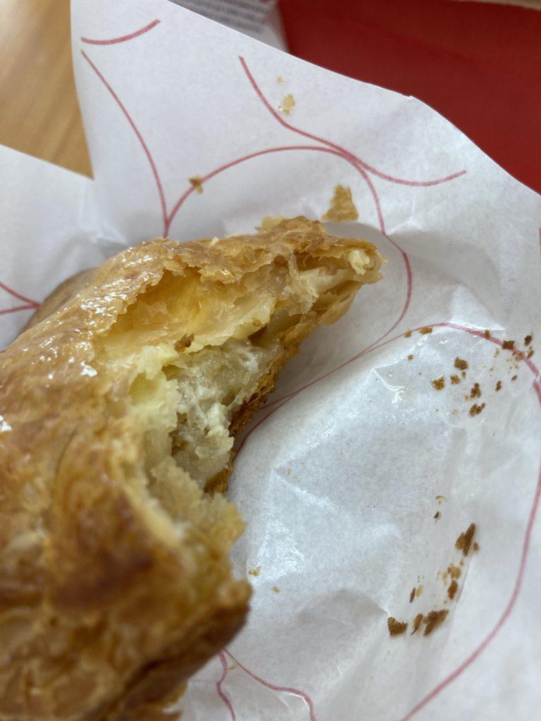頂いたアップルパイを食べてます