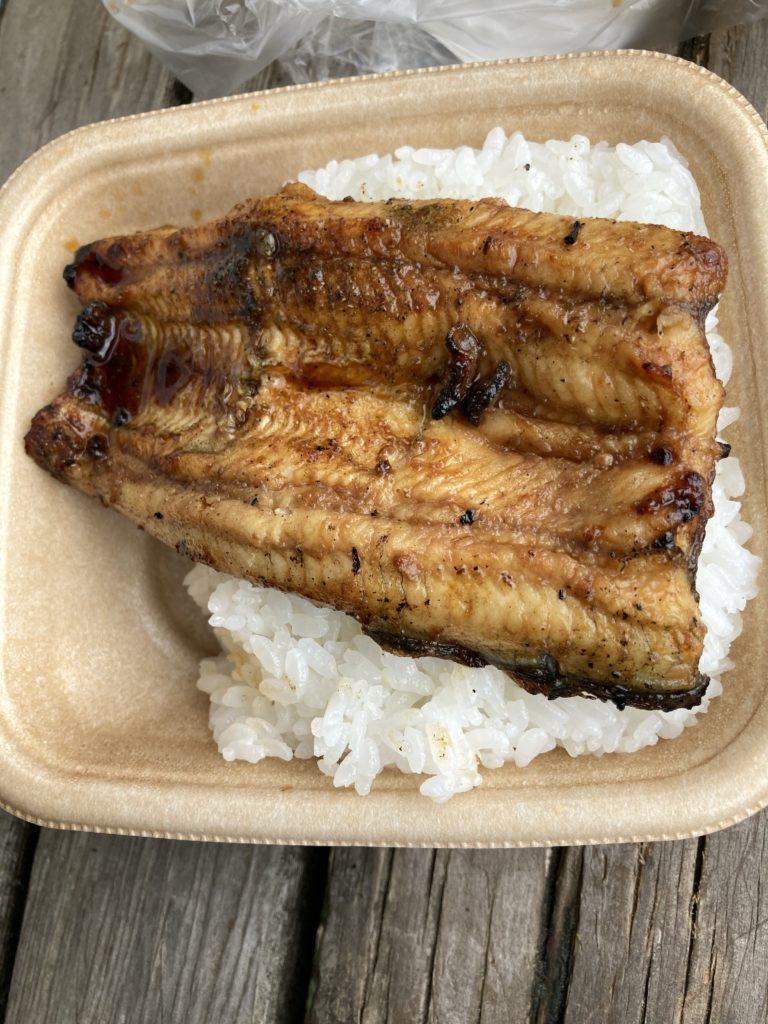 7イレブンで買ったご飯の上に鰻を乗せて公園で食らう