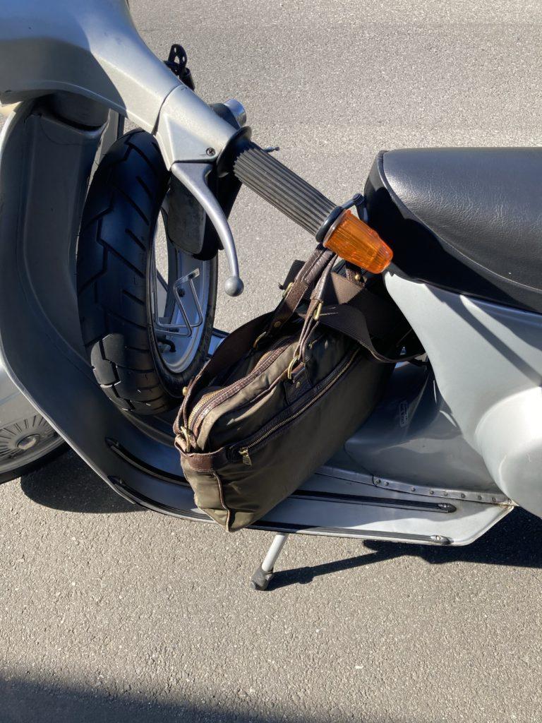 ベスパET3にショルダーバッグを載せたところ、反対側から