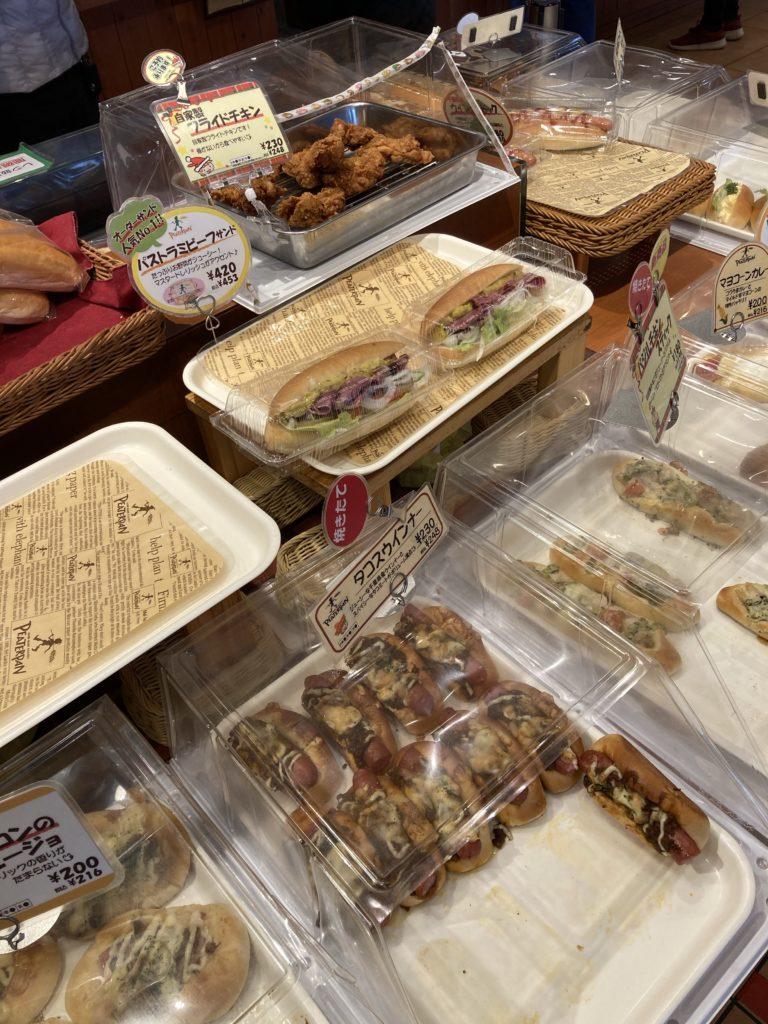 ピーターパン 入口入ってすぐのパン陳列