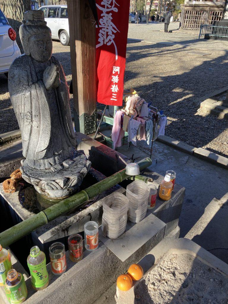 中山法華経寺に来てまずはこの石像を拭いてあげます