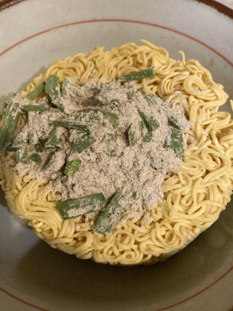 あたためた丼に麺と具材入りスープを入れてお湯を入れます